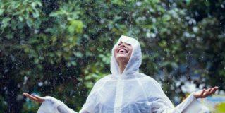 Wie man einen klaren Regenmantel richtig stylt